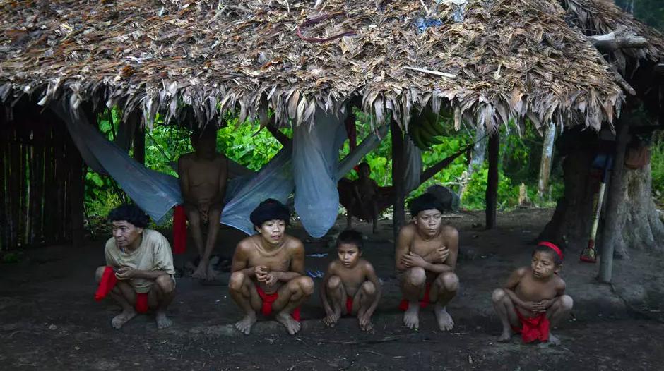 Người dân thuộc bộ tộc Yanomami tại bang Amazonas, phía nam Venezuela, cách biên giới với Brazil 19 km, hồi năm 2012. Ảnh: AFP