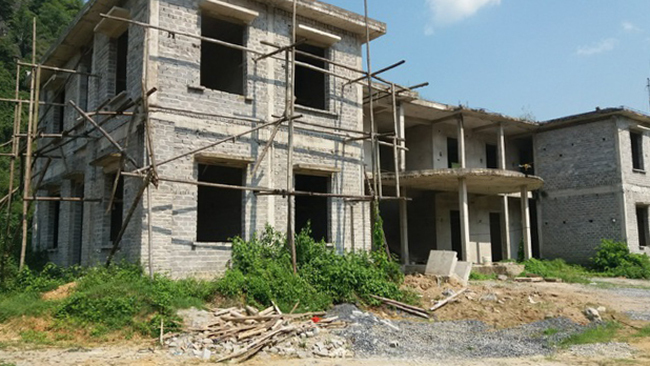 Công sở xã Lũng Niêm cũng dở dang chưa thể khánh thành. Ảnh: Lam Sơn.