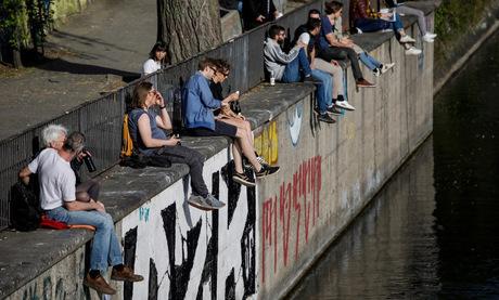 Người dân Đức bên một bờ kênh ở thủ đô Berlin hôm 10/4. Ảnh: AFP.