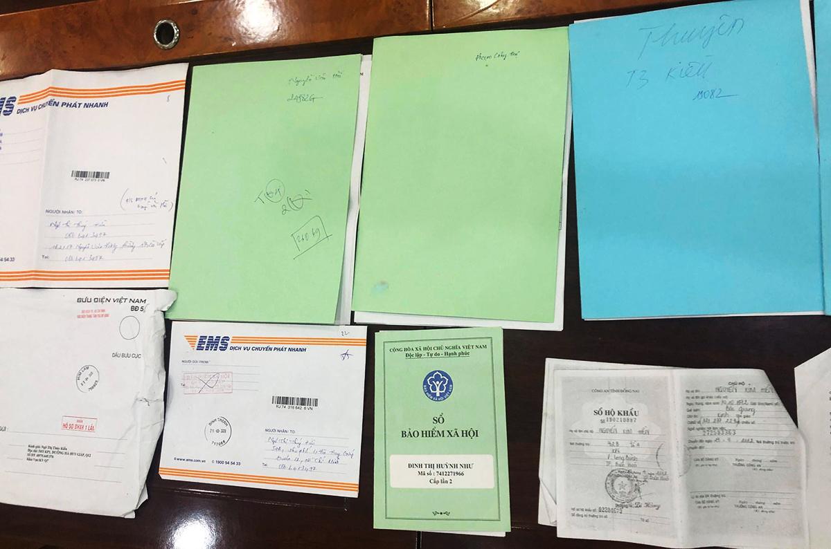 Các hồ sơ, sổ bảo hiểm cảnh sát thu được. Ảnh: Quốc Thắng.