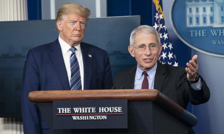 Trump (trái) và Fauci trong buổi họp báo Nhà Trắng hôm 5/4. Ảnh: AFP.