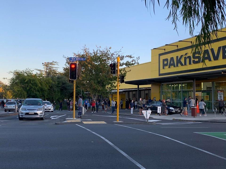 Người dân New Zealand đứng chờ bên ngoài một siêu thị. Ảnh: Loan Nguyen