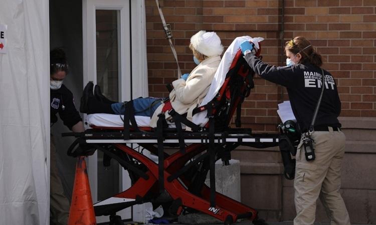 Nhân viên y tế tiếp nhận bệnh nhân Covid-19 tại Trung tâm Y tế Maimonides ở Brooklyn, New York hôm 12/4. Ảnh: AFP..