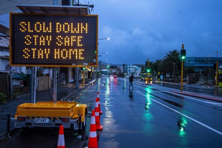 Tấm biển kêu gọi người dân ở nhà tại Wellington ngày 9/4. Ảnh: Guardian.