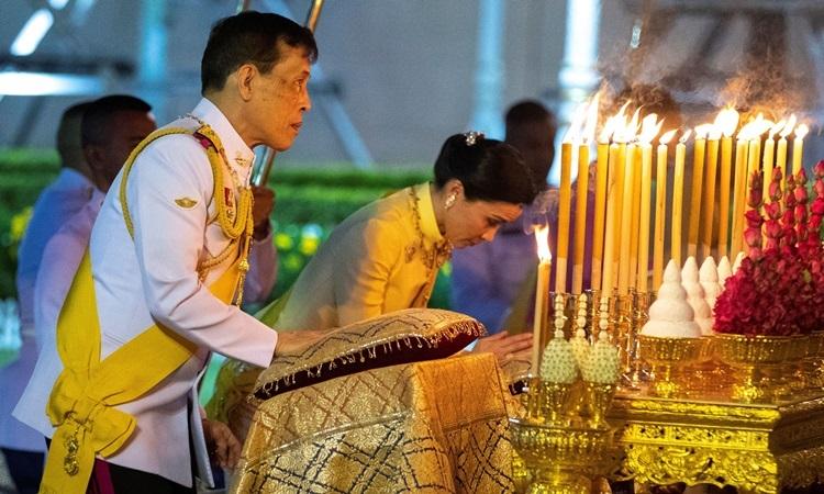 Vua Maha và Hoàng hậu Suthida viếng đài tưởng niệm Vua Rama I hôm 6/4. Ảnh: AFP.