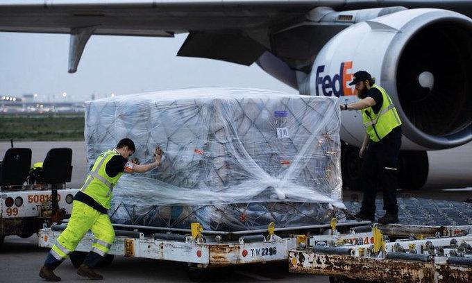 Lô hàng quần áo bảo hộ từ Việt Nam đến Mỹ ngày 8/4. Ảnh: Twitter.