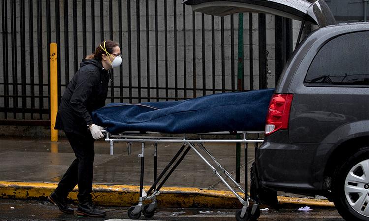 Thi thể được chuyển lên xe bên ngoài Bệnh viện Trung tâm Bronx-Lebanon ở thành phố New York, Mỹ ngày 13/4. Ảnh: NYT.