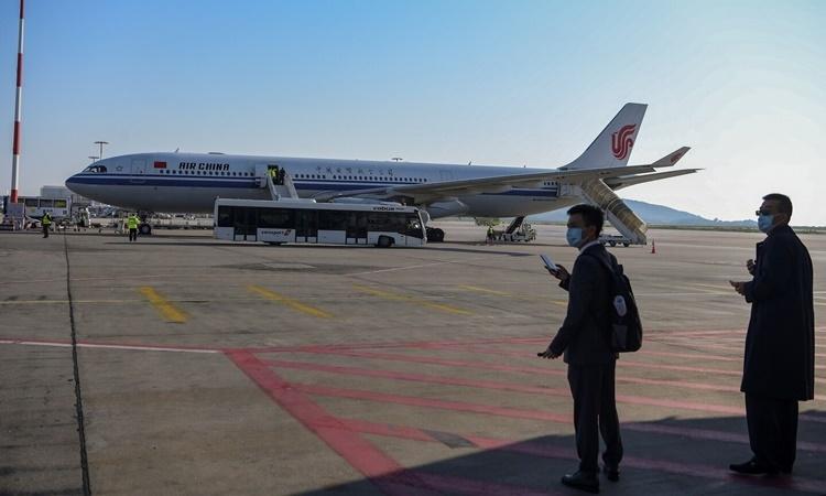 Máy bay của hãng hàng không Air China chở khẩu trang từ Trung Quốc hạ cánh xuống Athens, Hy Lạp, ngày 21/3. Ảnh: AFP.