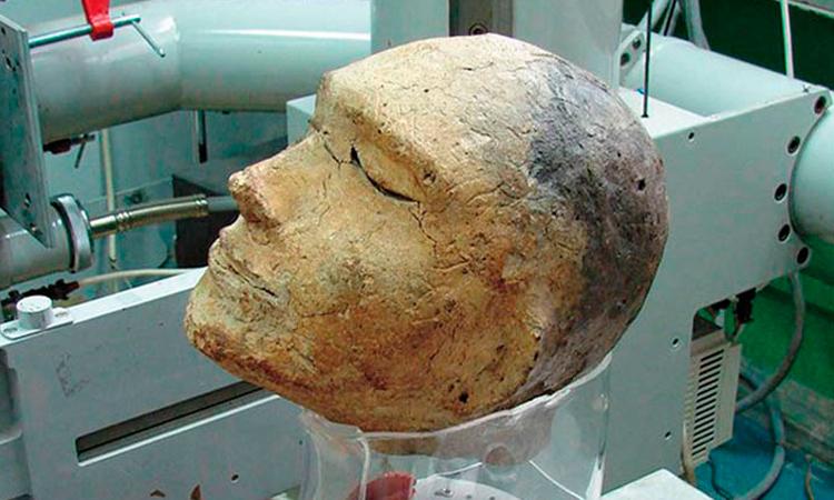 Tượng đầu người bằng đất sét trong ngôi mộ cổ ởKhakassia. Ảnh: Daily Star.