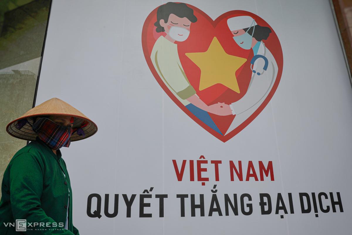 Một pano Việt Nam quyết thắng đại dịch tại trung tâm TP HCM trong những ngày cách ly xã hội. Ảnh: Hữu Khoa.