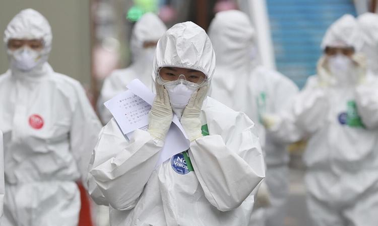 Nhân viên y tế vào một bệnh viện ở Seoul ngày 13/4. Ảnh: Reuters.