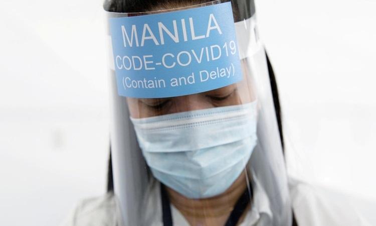 Một phụ nữ mang mặt nạ phòng hộ tại sân vận động Ninoy Aquino, nơi tạm thời trở thành cơ sở điều trị bệnh nhân Covid-19 ở Manila, Philippines hôm 13/4. Ảnh: Reuters.
