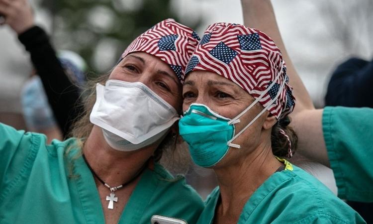 Nhân viên y tế ở bên ngoài trung tâm y tếWestchester tại Mỹ ngày 14/4. Ảnh: AFP.