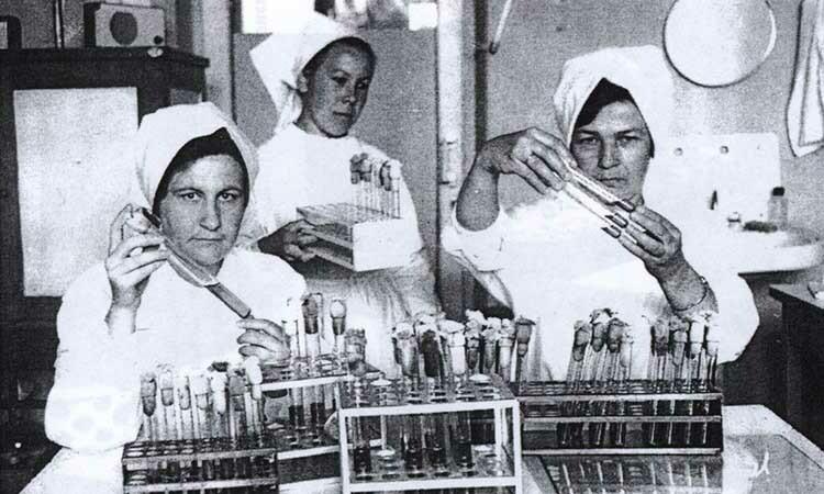 Các nhà khoa học tại một trung tâm chống dịch hạch của Liên Xô cuối những năm 1950. Ảnh: NY Times.