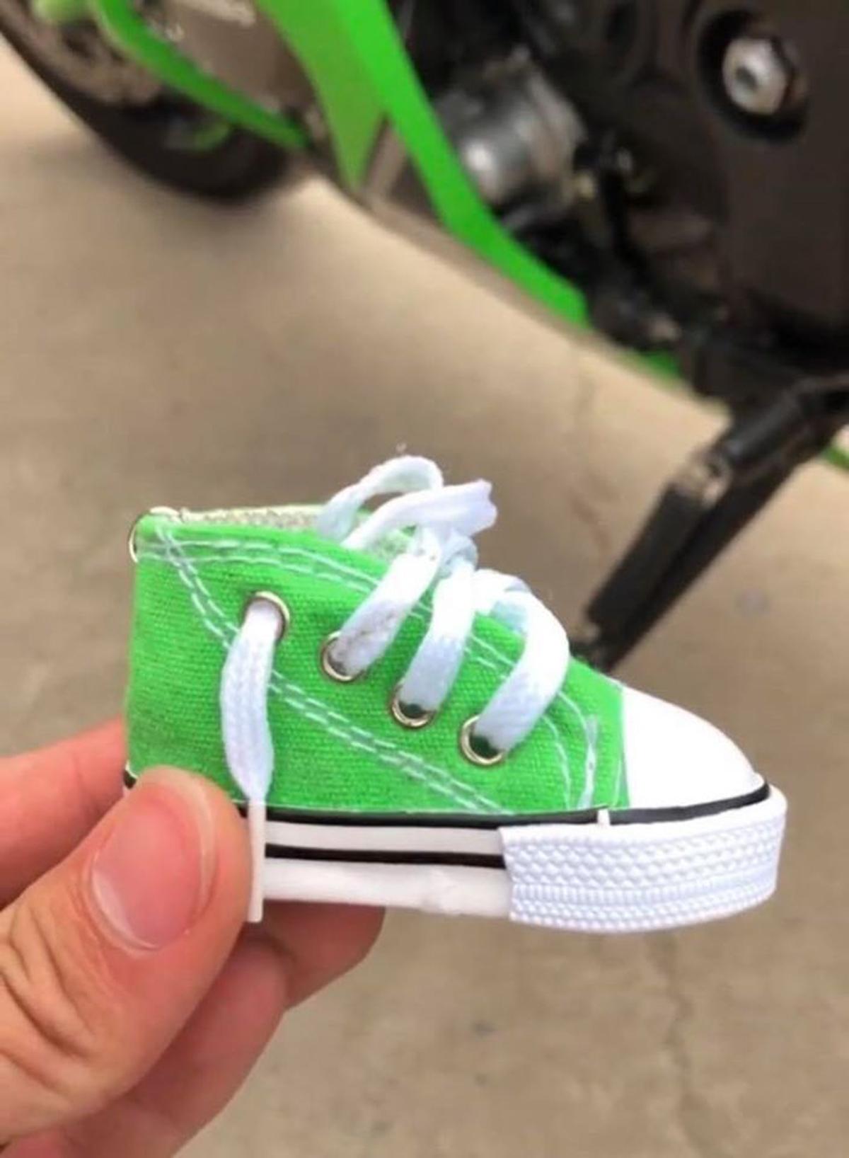 Chân chống xe được mang giày cá tính
