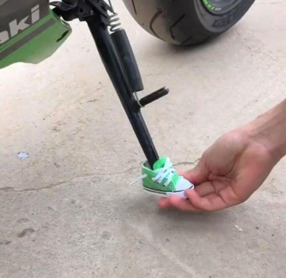 Chân chống xe được mang giày cá tính - 2