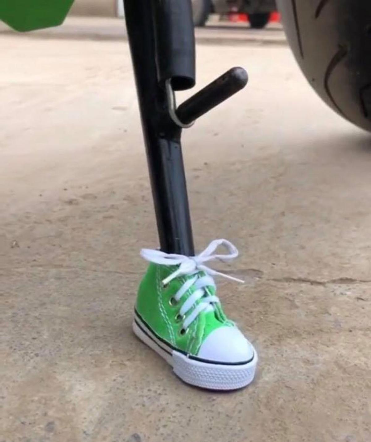 Chân chống xe được mang giày cá tính - 4