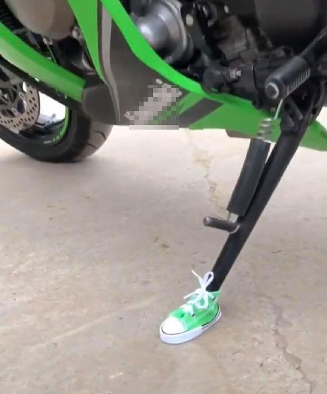 Chân chống xe được mang giày cá tính - 6