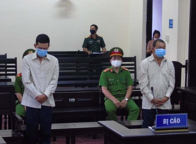 Nguyễn Công Trinh (37 tuổi) và Kiều Văn Thanh (50 tuổi) ở Đắc Nông trong phiên toà ngày 15/4 bị xử phạt 9-12 háng tù sau sáu ngày xé biên bản, đánh công an chống dịch. Ảnh: Ngọc Oanh.
