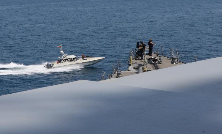 Xuồng vũ trang Iran cắt mặt tàu chiến Mỹ. Ảnh: US Navy.