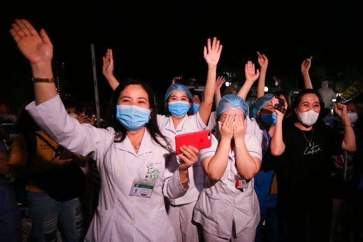 Các y bác sĩ của bệnh viện Bạch Mai vui mừng khi nơi này được dỡ lệnh phong toả ngày 12/4. Ảnh: Giang Huy.