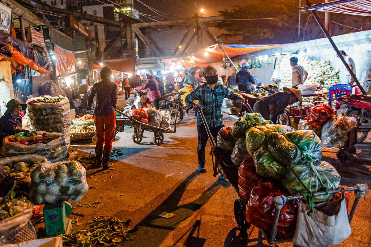 ChợLong Biên buônbán về đêm, cũng là nơi tập trung của nhiều người kéo xe, bốc vác mưu sinh trong những ngày giãn cách xã hội. Ảnh: Thanh Huế