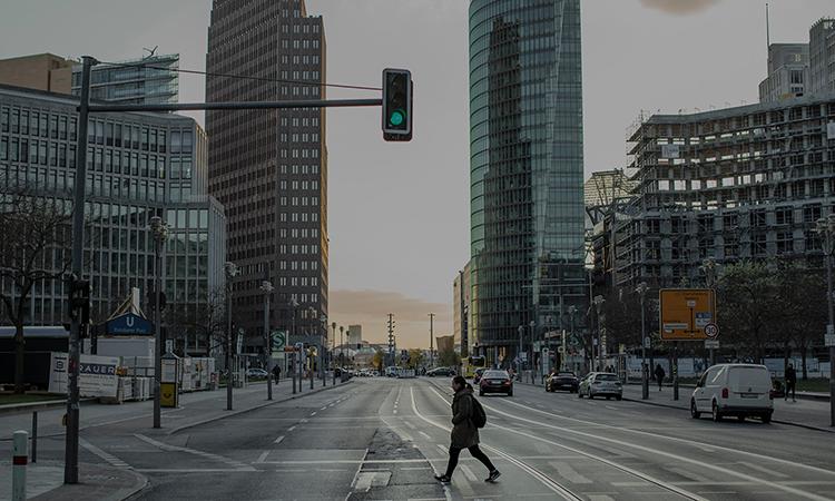 Một người dân đi giữa con phố vắng vẻ gần quảng trường Potsdamer ở thủ đô Berlin, ngày 14/4. Ảnh: NYTimes.