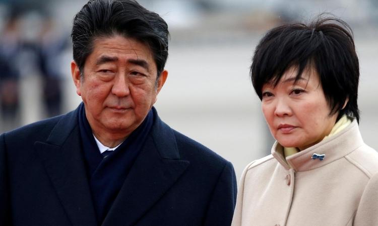 Thủ tướng Nhật Bản Shinzo Abe và vợ Akie tại sân bay ở Tokyo, tháng 2/2017. Ảnh: Reuters.