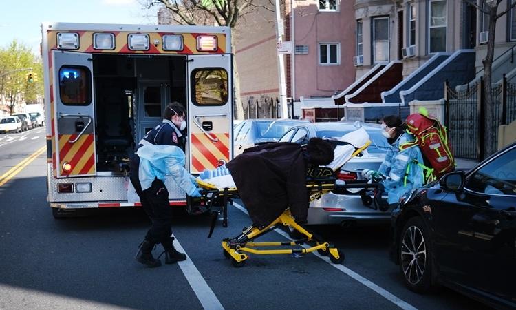 Nhân viên y tế Mỹ đưa bệnh nhân Covid-19 lên xe cứu thương ở Brooklyn, New York hôm 11/4. Ảnh: AFP.