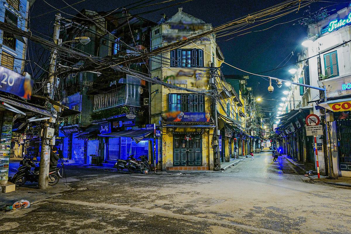 Hàng quán trong phố cổ Hà Nội ngừng kinh doanh những ngày thực hiện giãn cách xã hội. Ảnh: Ngọc Thành