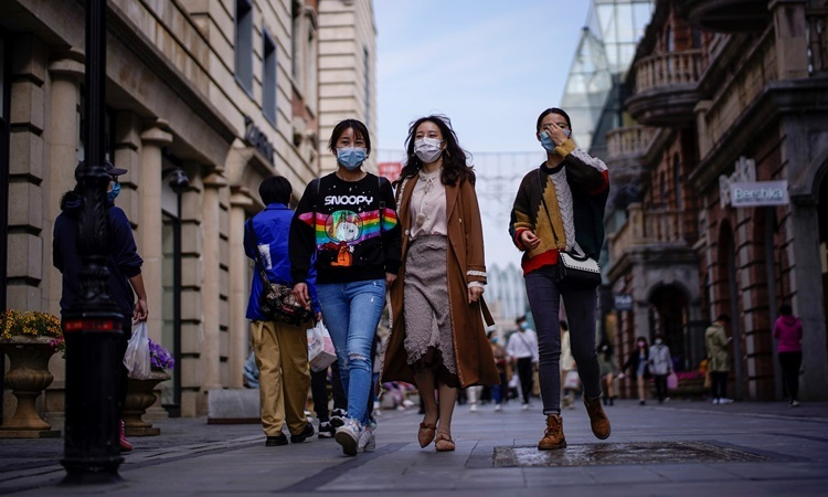 Người dân đeo khẩu trang tại khu mua sắm chính ở Vũ Hán, thủ phủ tỉnh Hồ Bắc và là tâm dịch Covid-19, hôm 14/4 sau khi thành phố này được dỡ phong tỏa. Ảnh: Reuters.