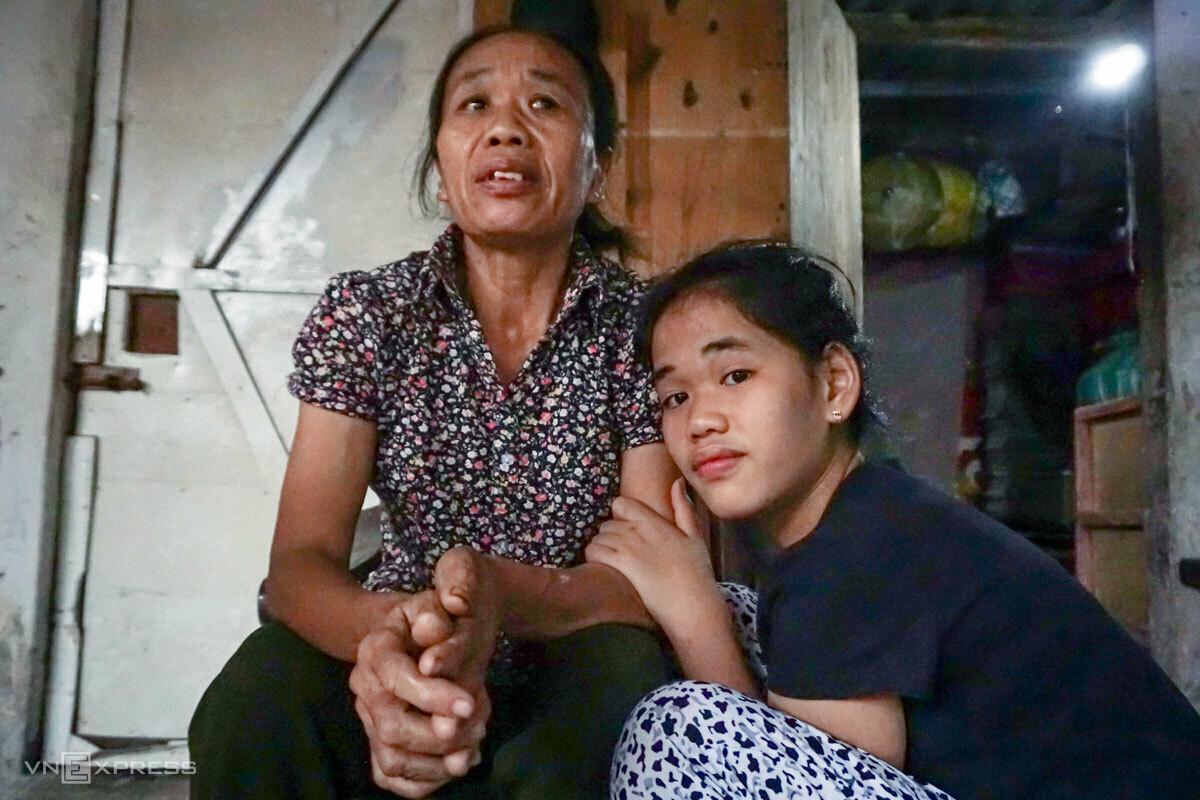 Mẹ con bà Dung trước cửa phòng trọ trong xóm lao động, chiều 15/4. Ảnh: Hoàng Phương.