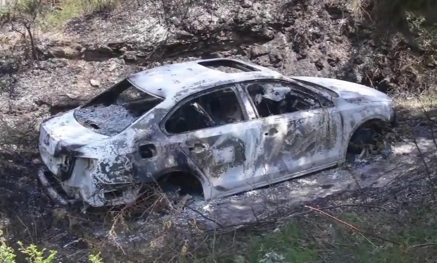 Xe của Cường bị Lôi và Huy đốt cháy. Ảnh: CCTV.