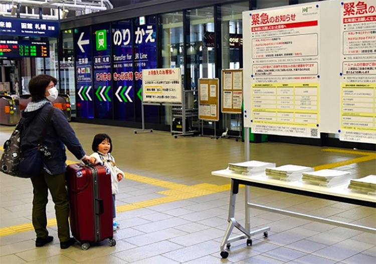 An emergency notice at Shin-Hakodate-Hokuto Station in Hokkaido on April 8 asks visitors to the island to self-isolate for two weeks. (Kazuya Miki)