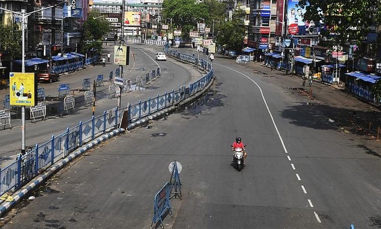 Những con phố ở Kolkata, bang West Bengal, vắng tanh khi người Ấn Độ tuân thủ lệnh phong tỏa nhằm ngăn ngừa dịch bệnh lây lan. Ảnh: AFP