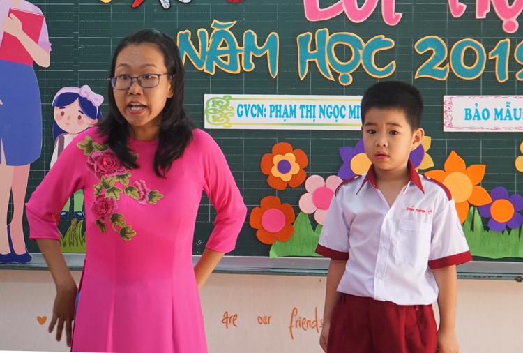 Giáo viên lớp 1 trường Tiểu học Hồng Hà (quận Bình Thạnh, TP HCM) trong ngày khai giảng năm học 2019-2020. Ảnh: Mạnh Tùng.