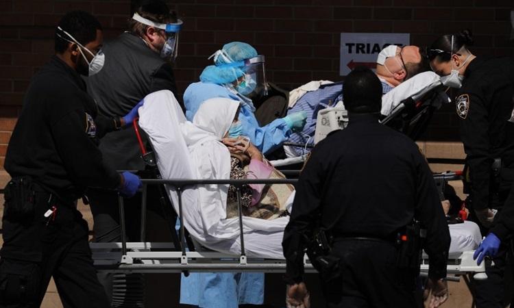 Nhân viên y tế tiếp nhận bệnh nhân Covid-19 bên ngoài khu điều trị đặc biệt ở Trung tâm Y tế Maimonides, quận Brooklyn, New York hôm 16/4. Ảnh: AFP.