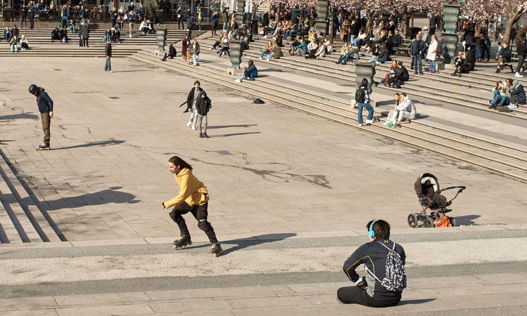 Người dân Thụy Điển tập trung ở công viên tại thủ đô Stockholm hôm 5/4. Ảnh: AP.