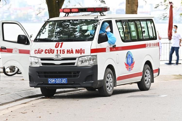 Xe cấp cứu đưa người bị nhiễm nCoV đi cách ly tại Hà Nội ngày 25/3. Ảnh: Giang Huy.