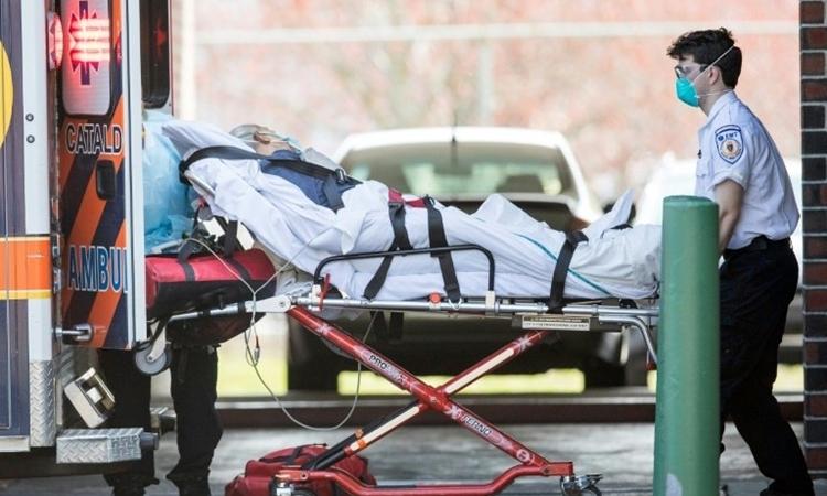 Nhân viên cấp cứu đưa bệnh nhân đi từ viện dưỡng lão ởChelsea, Anh ngày 17/4. Ảnh: AFP.