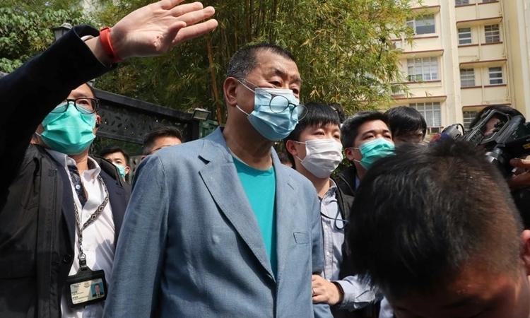 Jimmy Lai (giữa) bị đưa ra khỏi nhà ở Hong Kong ngày 18/4. Ảnh: SCMP.