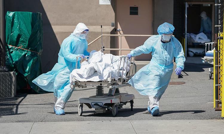 Xác bệnh nhân Covid-19 được đưa ra xe tải đông lạnh tại Bệnh việnWyckoff, Brooklyn hôm 6/4. Ảnh:AFP.