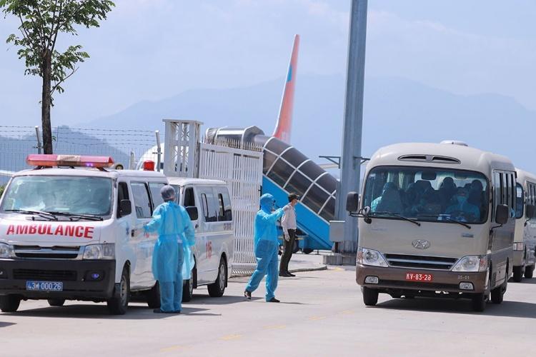 Các cơ quan chức năng Việt Nam đón công dân Việt từ Hàn Quốc về sân bay quốc tế Đà Nẵng ngày 24/2. Ảnh: Nguyễn Đông.