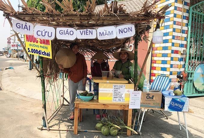Cô giáo Kim Anh và Bích Phương ở phường Thạnh Xuân (quận 12, TP HCM) mở quán nước trước cửa trường mầm non vì thất nghiệp trong mùa Covid-19. Ảnh:Phan Diệp.