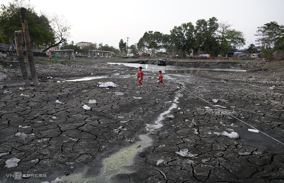 Kênh Rạch Ráng rộng 50 m, huyện Trần Văn Thời (Cà Mau) cạn trơ đáy trong đợt hạn mặn, nhiều đoạn trẻ em có thể chạy chơi đùa. Ảnh: Hoàng Nam.