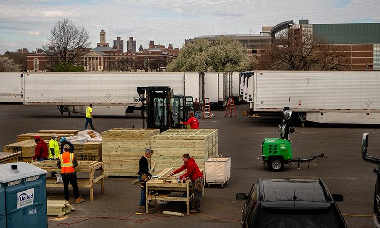 Nhân viên đang lắp ráp quan tài ở thành phố New York hồi đầu tháng 4. Ảnh: NYTimes.