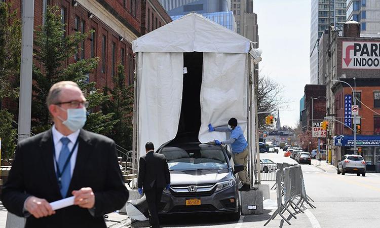 Xe tải đông lạnh được sử dụng làm nhà xác dã chiến bên ngoài Bệnh việnBrooklyn, New York, ngày 1/4. Ảnh: AFP.