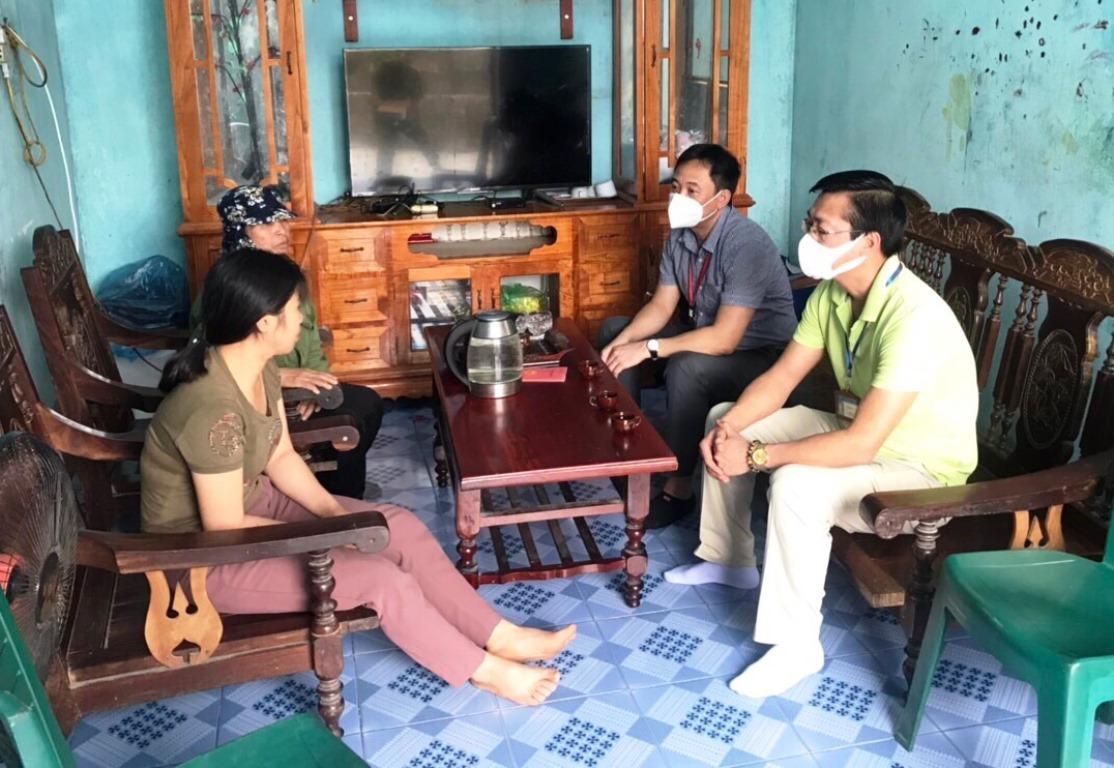Chiều 19/4, lãnh đạo phường Bãi Cháy đến nhà xin lỗi chị Chinh (bên trái ngoài cùng). Ảnh: Bình Minh