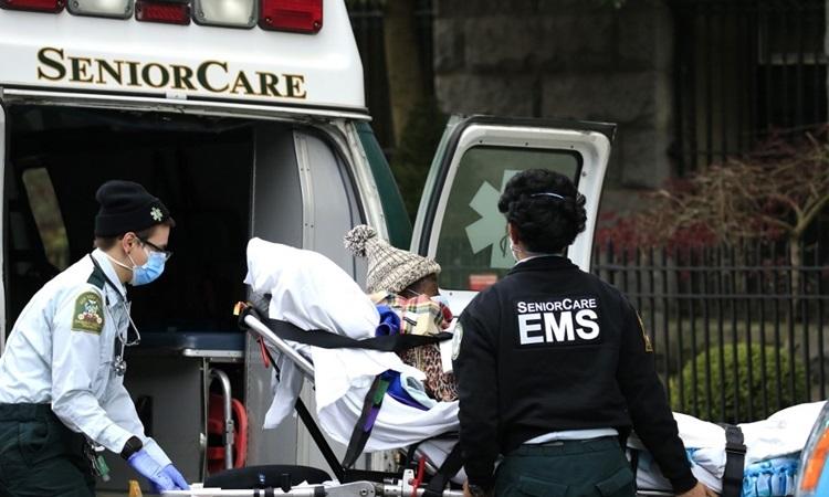 Nhân viên cấp cứu đưa một bệnh nhân khỏi xe cứu thương tại Trung tâm y tế Cobble Hill ở quận Brooklyn, thành phố New York hôm 18/4. Ảnh: AFP.