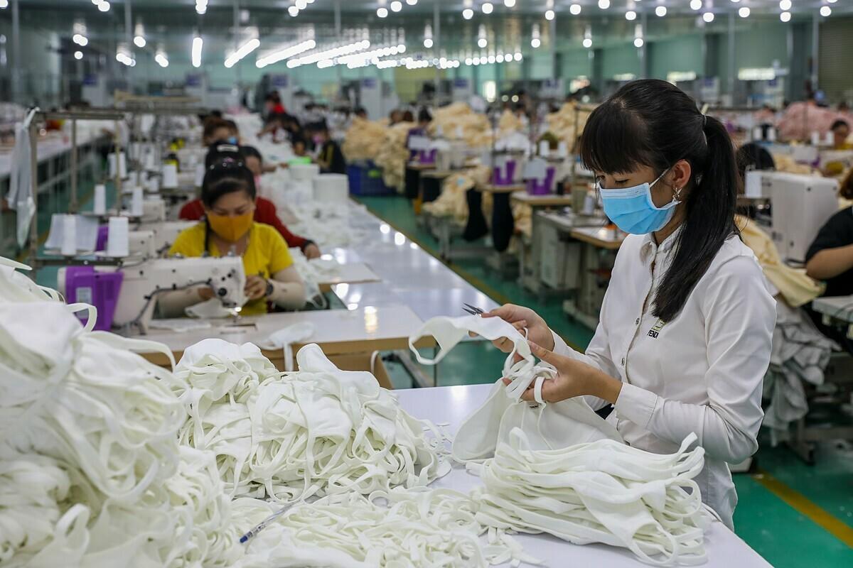 Công nhân sản xuất khẩu trang vải kháng khuẩn ở KCN Tân Đô (Long An)
